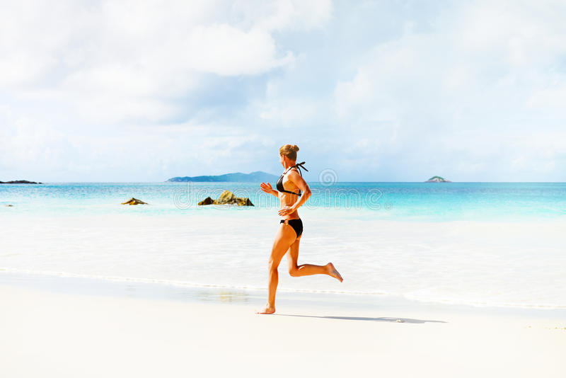海滩运行妇女 免版税库存照片