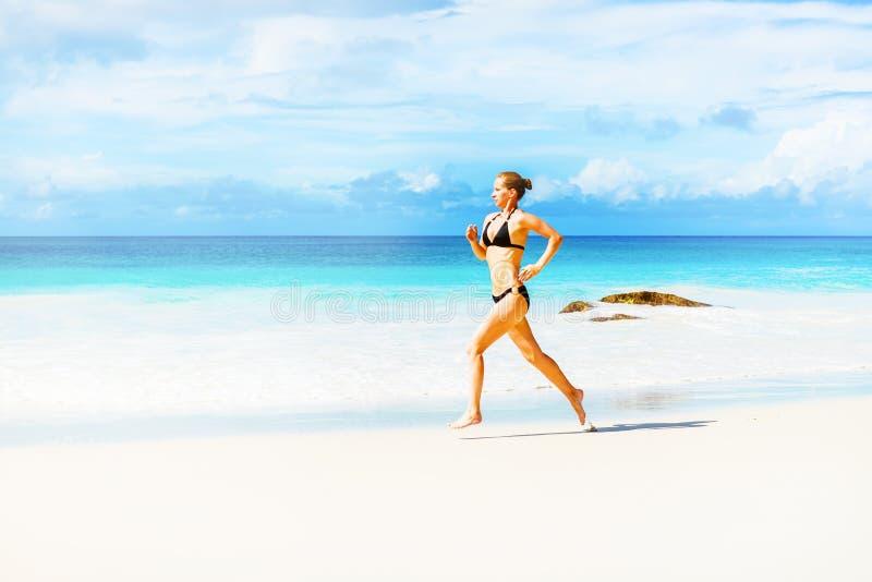 海滩运行妇女 免版税库存图片