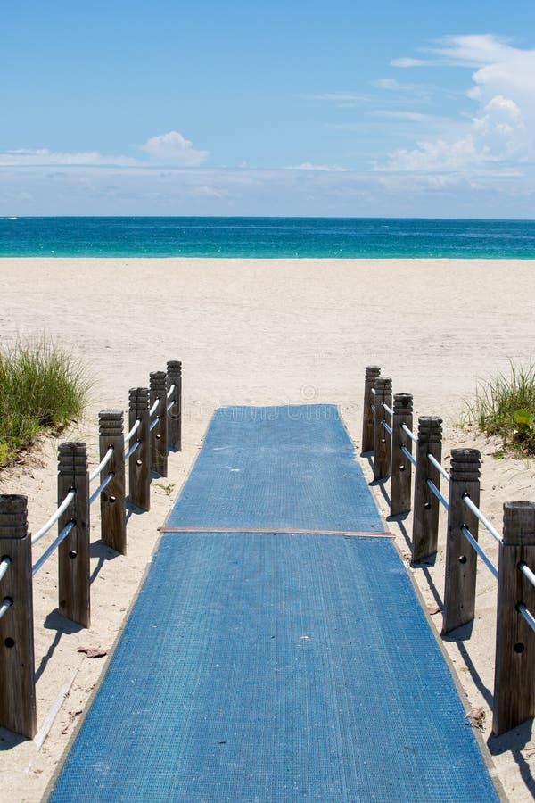 海滩通入走道 免版税图库摄影
