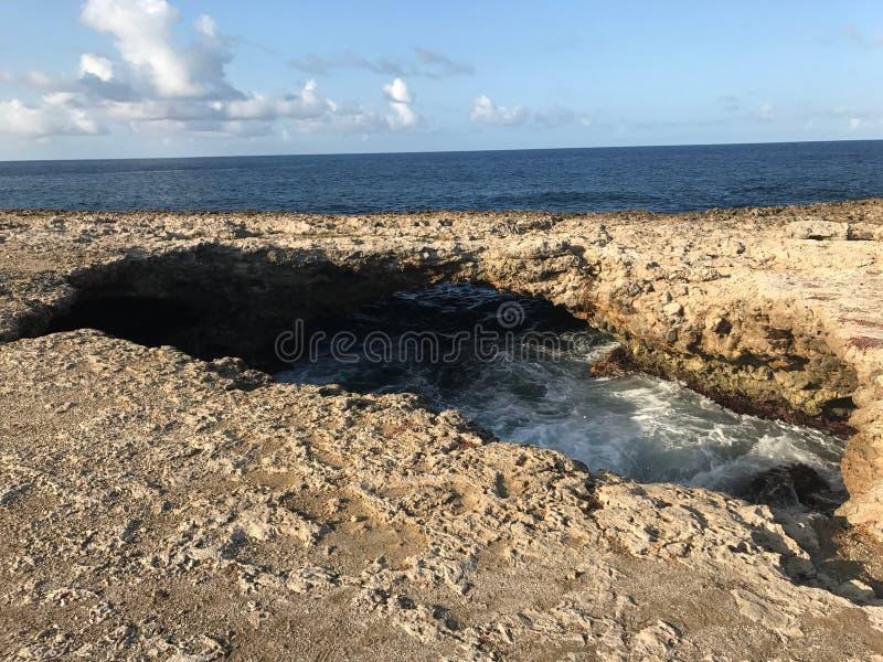 海水通过岩石 免版税图库摄影