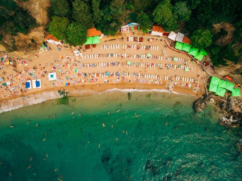 海滩顶视图  沙滩鸟瞰图与游人的游泳 免版税库存图片