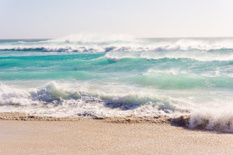 海滩风大浪急的海面波浪 免版税库存图片