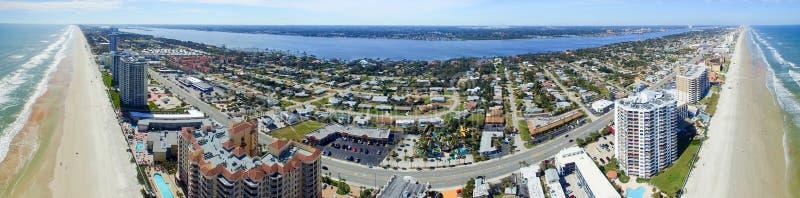 海滩daytona佛罗里达 惊人的鸟瞰图在一美好的天 免版税库存照片