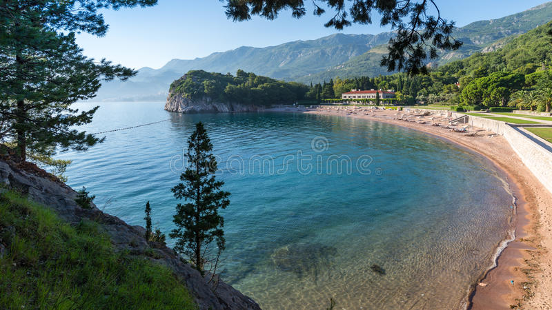 海滩Milocher和清楚的海的看法 库存图片