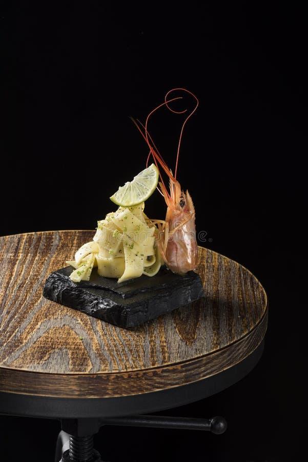 海carbonara用柠檬和大虾在木头 免版税库存图片