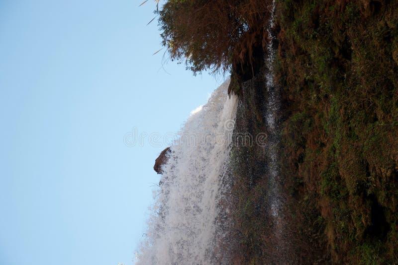 浸入在峭壁边缘的起泡沫的水 免版税库存图片