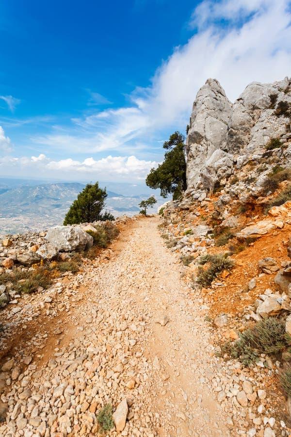 浸泡有大石渣的危险山路在撒丁岛,意大利的山 免版税库存照片