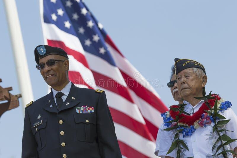 浸泡 米尔顿S 鲱鱼离开并且浸泡 Lt Yoshito藤本和美国旗子,洛杉矶国家公墓每年纪念事件, 5月26日 免版税库存图片