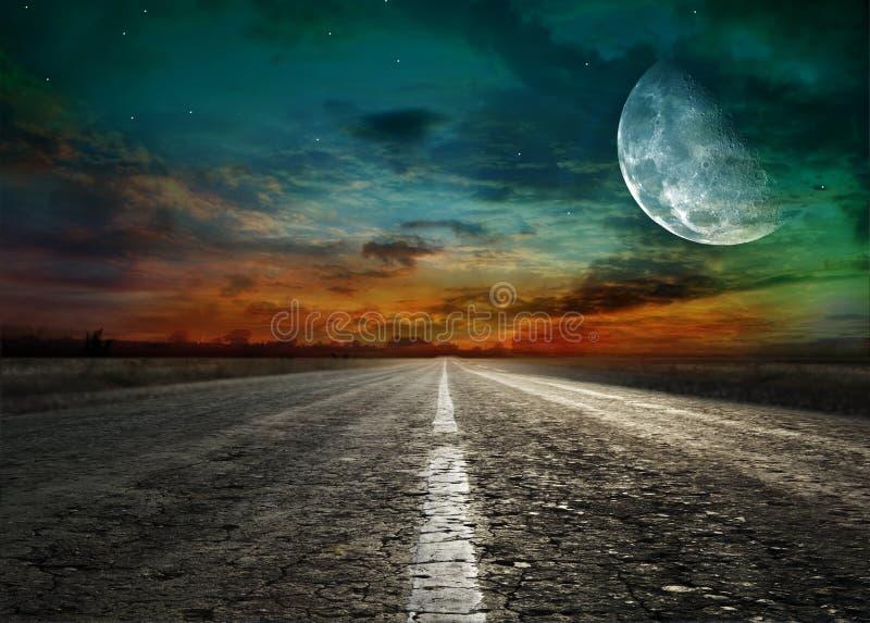 涂柏油的路末端月亮 免版税库存照片