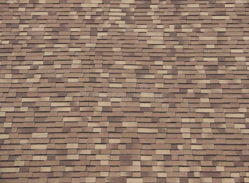 涂柏油褐色三片树荫屋顶木瓦  木神色 库存照片