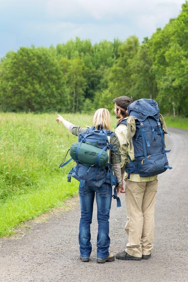 涂柏油高涨年轻人的背包夫妇 免版税库存照片