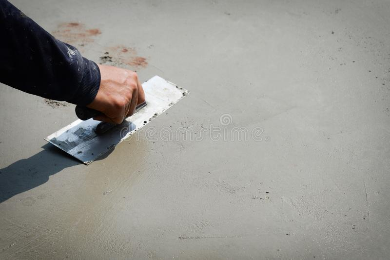 涂灰泥水泥水泥地板的建造者工作者 手石膏工在工作 库存照片