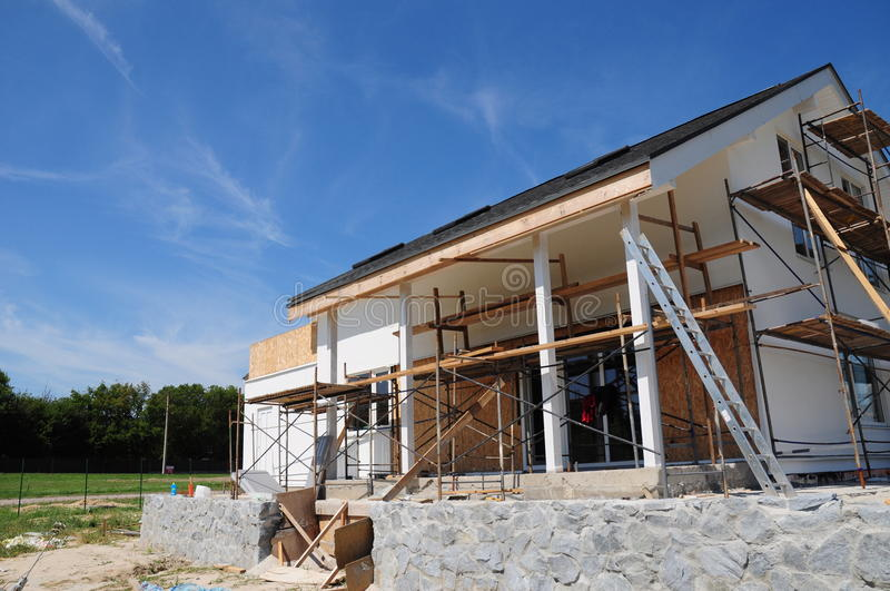 涂灰泥的和绘的议院门面墙壁 安装塑料外部房屋板壁下端背面和的房檐 免版税库存图片
