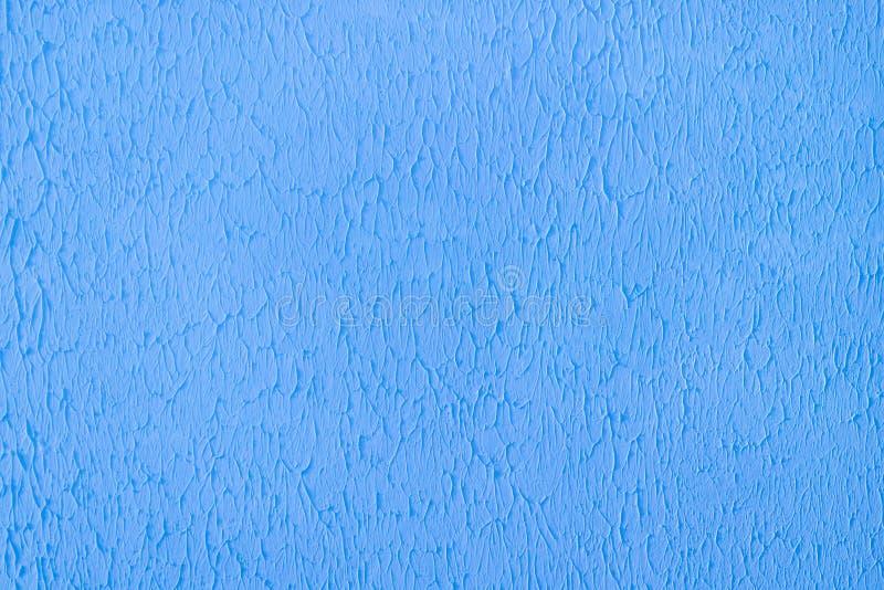 涂灰泥的混凝土墙,绘在明亮的蓝色,装饰表面纹理 库存图片
