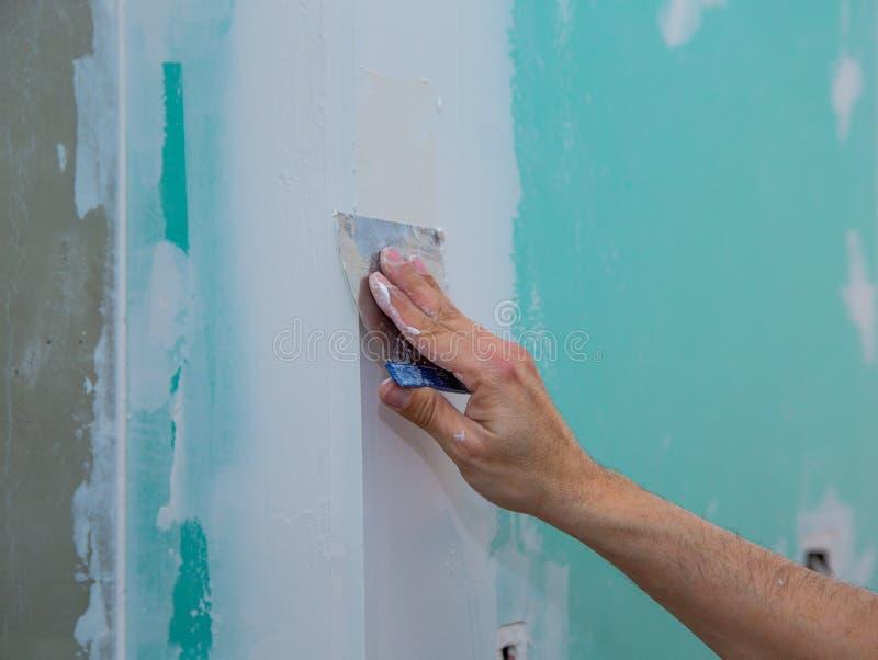 涂灰泥缝的干式墙疏水石膏板修平刀 图库摄影