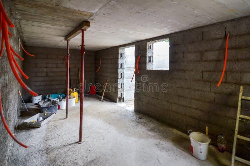 涂灰泥,重建,防水的地下室或者地窖和w 免版税库存图片