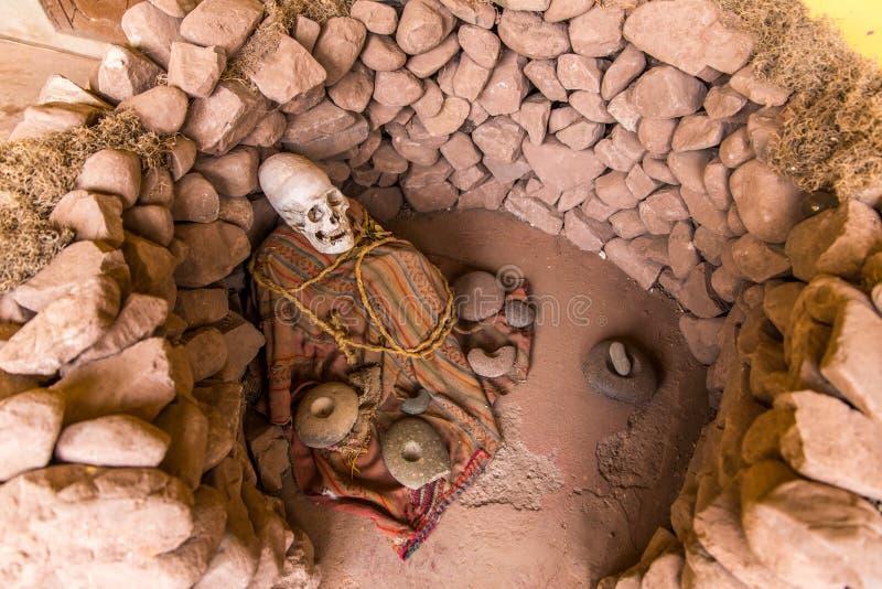 涂香油的妈咪和头骨在秘鲁。 库存照片