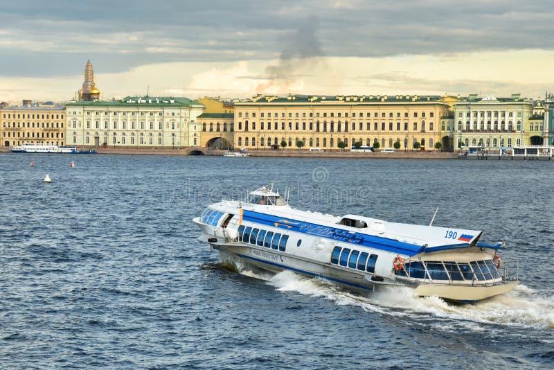 涅瓦河在圣彼得堡英雄城 图库摄影