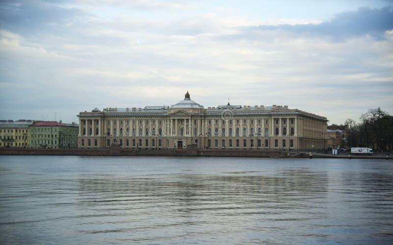 从涅瓦河的堤防的看法市的圣彼德堡 免版税库存图片