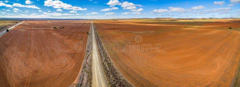 消失入在被犁的领域之间的天际的路 库存图片