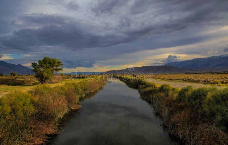 消失入高沙漠的山的运河 库存图片