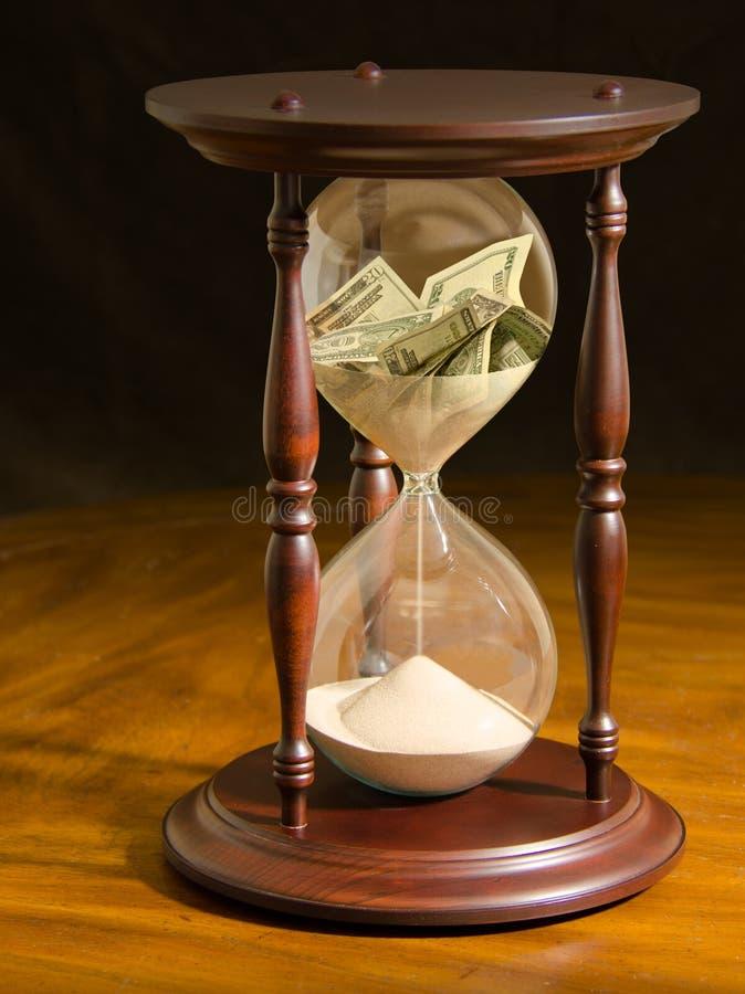 消失在小时玻璃财政差错的金钱 免版税库存照片