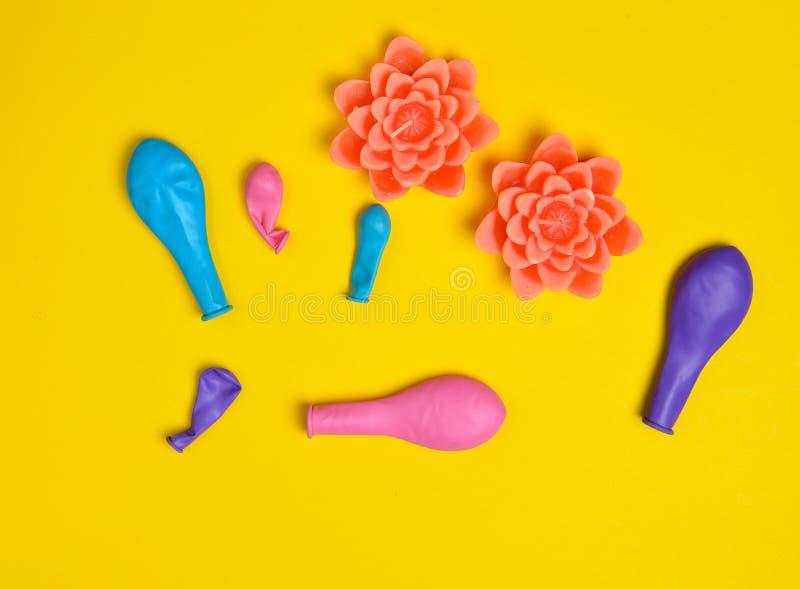 消失的气球和蜡烛以花的形式在黄色背景 庆祝生日,假日 库存图片