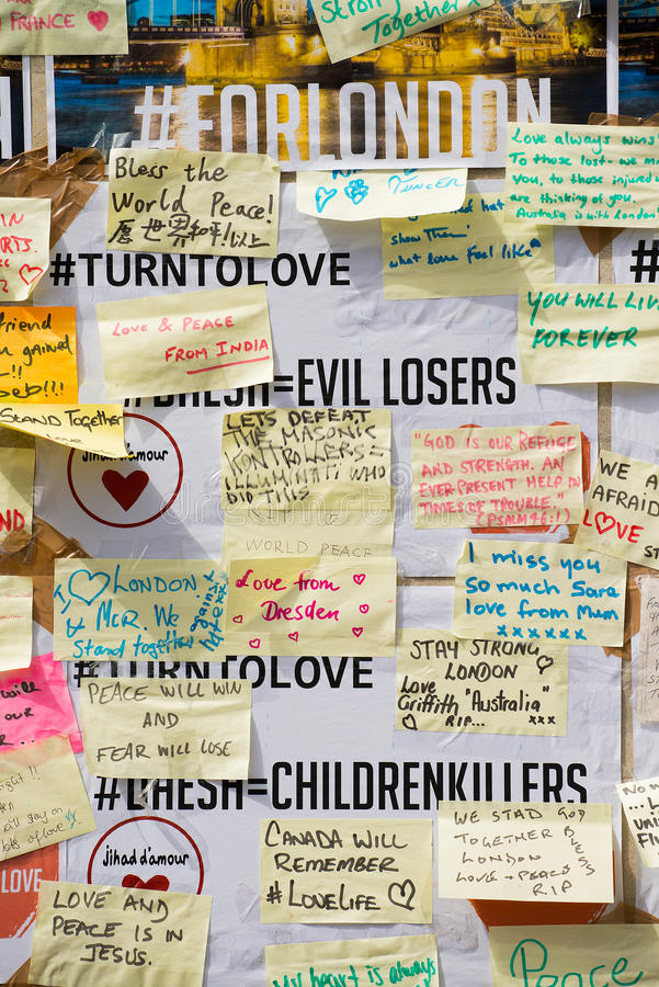 消息和花卉进贡对伦敦桥恐怖袭击的受害者 免版税库存照片