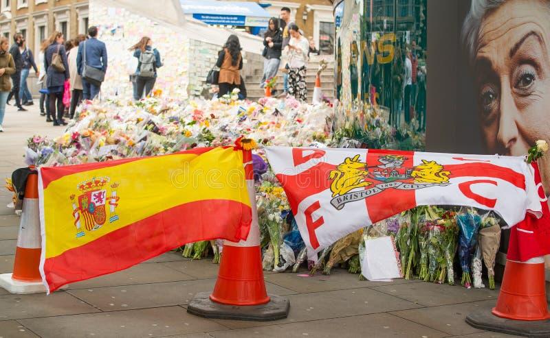 消息和花卉进贡对伦敦桥恐怖袭击的受害者 免版税库存图片