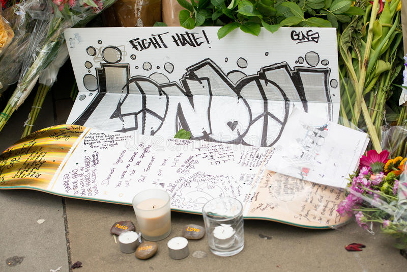 消息和花卉进贡对伦敦桥恐怖袭击的受害者 免版税图库摄影