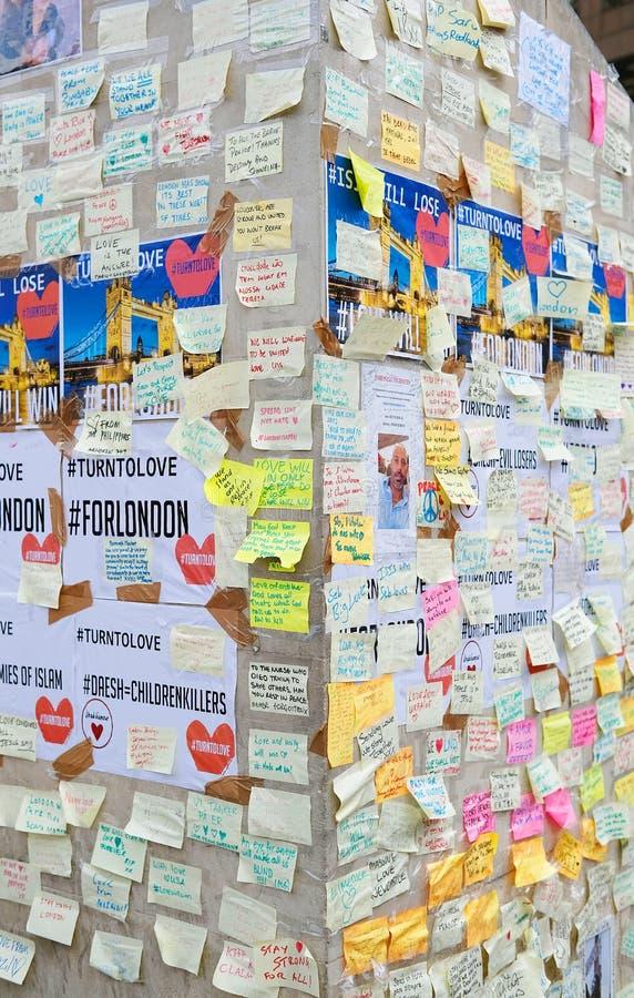 消息和花卉进贡对伦敦桥恐怖袭击的受害者 库存图片