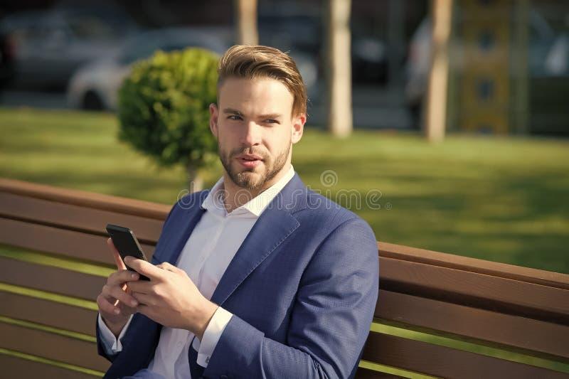 消息概念 人键入消息手机 衣服商人的人利用现代流动技术 免版税图库摄影