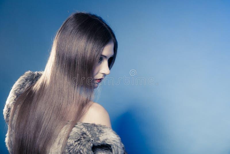消沉。与长的头发的画象哀伤的情感女孩覆盖物面孔 免版税库存照片