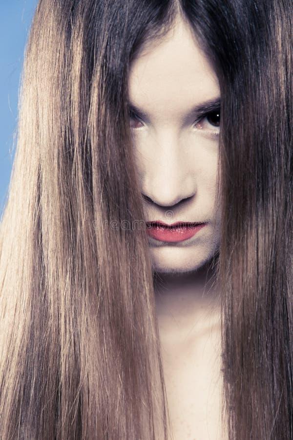 消沉。与长的头发的画象哀伤的情感女孩覆盖物面孔 图库摄影