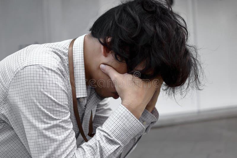 消沉哭泣的疲乏和担心的年轻亚裔人 失业概念 免版税库存照片
