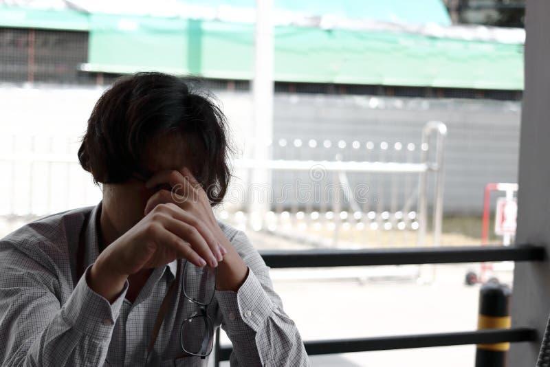 消沉哭泣的疲乏和担心的年轻亚裔人 库存图片