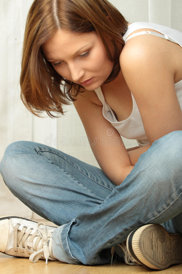 消沉女性flor坐的年轻人 免版税图库摄影