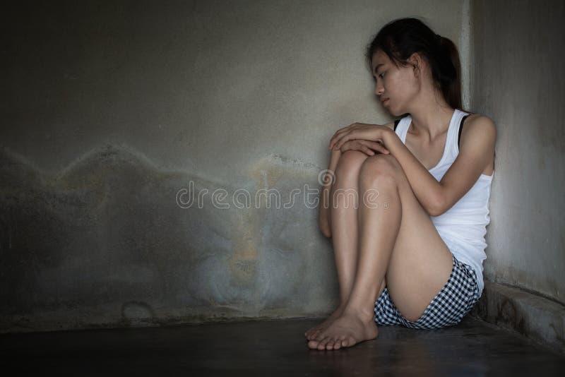 消沉或家庭暴力概念,一非常哀伤妇女哭泣的成为不饱和的难看的东西图象 免版税库存照片