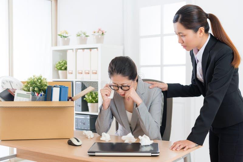 消沉收到临时解雇消息的女商人 免版税库存照片