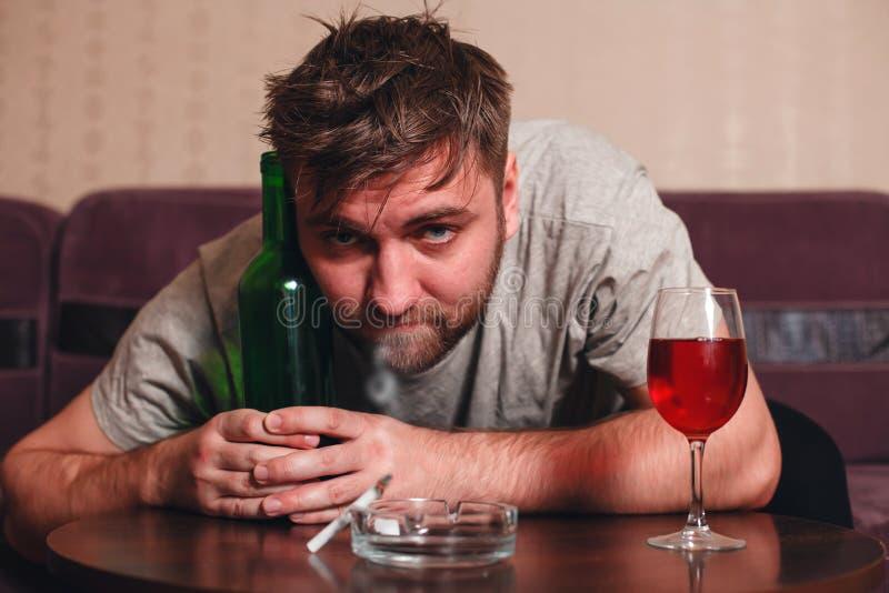 消沉的匿名醺酒的人 免版税库存图片