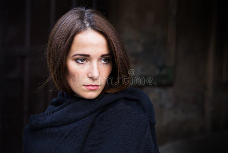 消沉的女孩在黑暗的背景 图库摄影