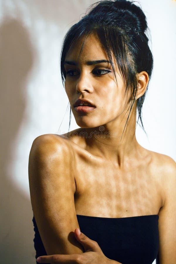 消沉的,绝望神色,现代时尚的构成秀丽拉丁少妇 免版税库存照片