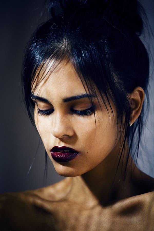 消沉的,绝望神色,现代时尚的构成秀丽拉丁少妇 图库摄影