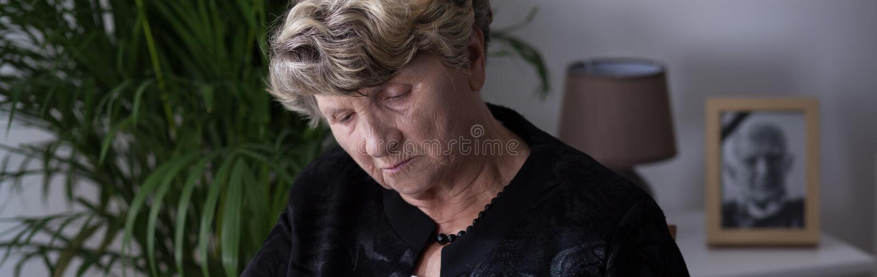 消沉的年长妇女 免版税库存图片