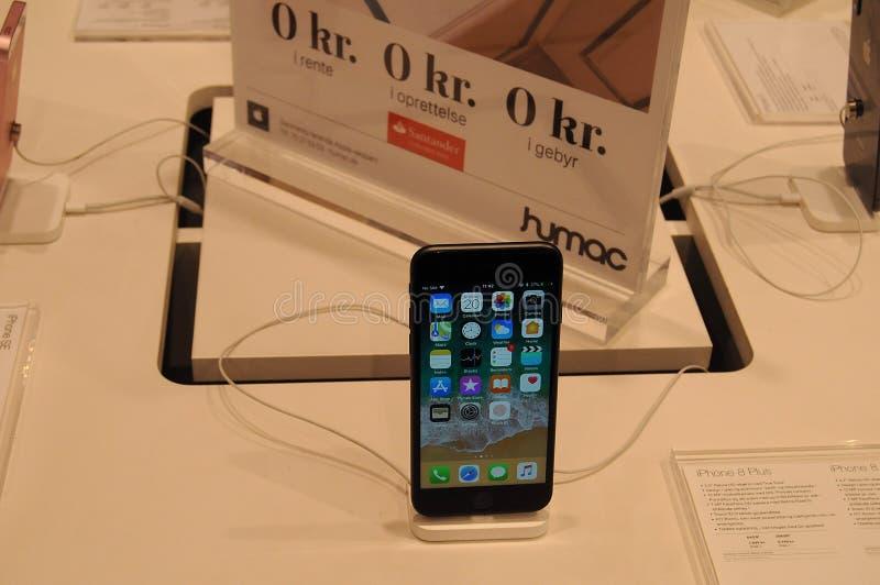 消费者的IPHONE 8正显示在哥本哈根 免版税库存照片