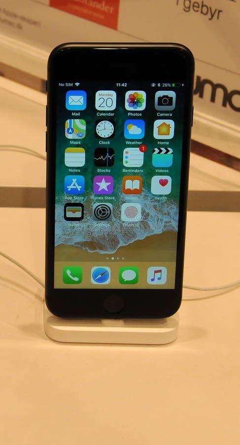 消费者的IPHONE 8正显示在哥本哈根 库存图片