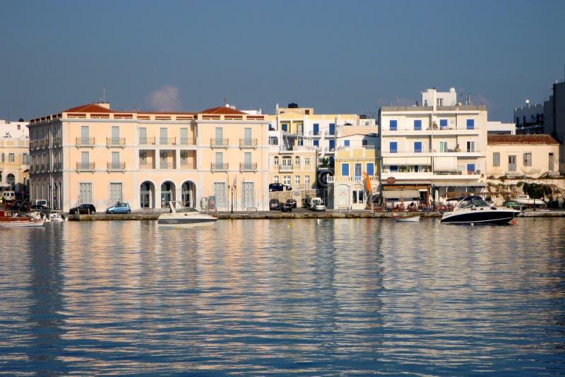 消遣小船在蒂诺斯岛希腊海岛怀有,希腊 库存照片