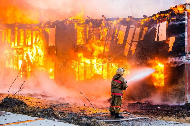 消防员熄灭火 图库摄影