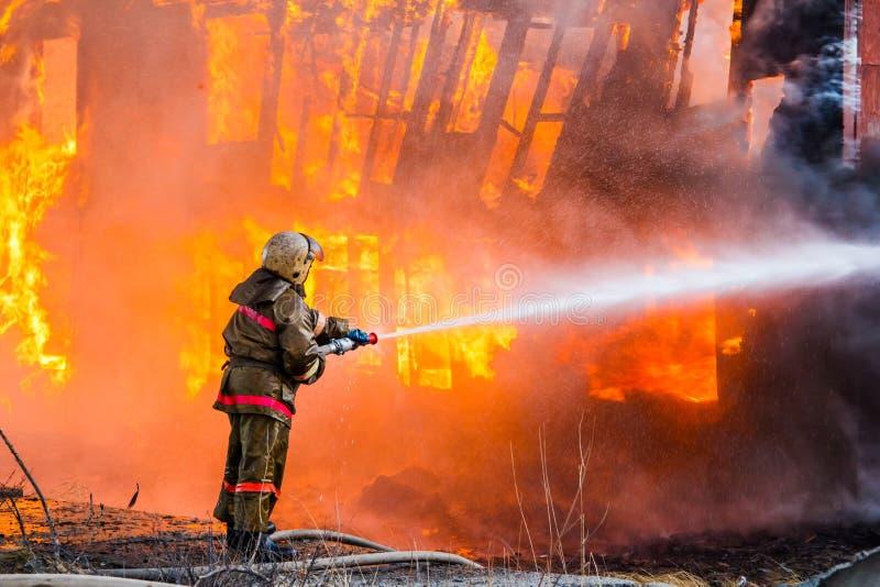 消防员熄灭火 库存照片