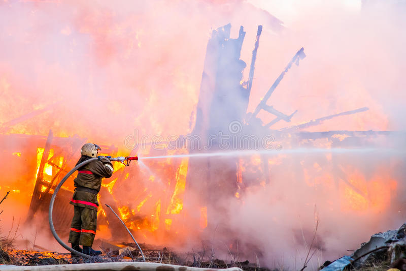 消防员熄灭火 免版税图库摄影